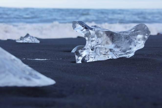 Angespülte Eisbergstücke vor dem Gletschersee Jökulsárlón am schwarzen Lavastrand