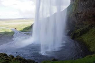 Seljalandsfoss – hier kannst du einmal hinter den Wasserfall gehen und dir etwas Wünschen